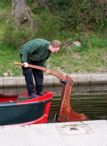 Connecting the rudder to a canal boat